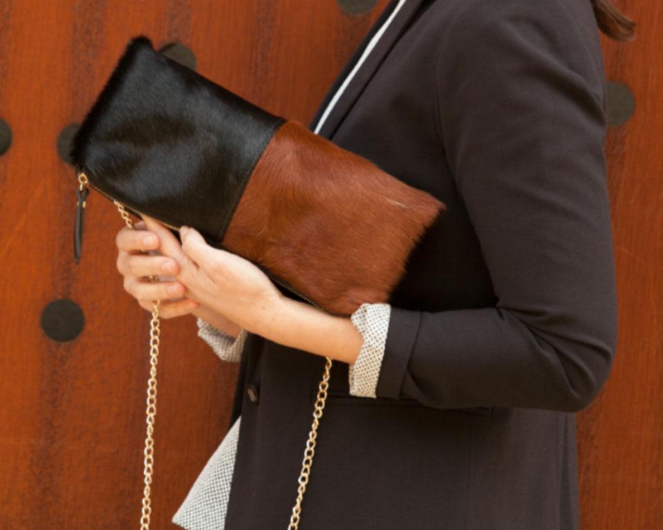 bolso de mano textura pelo bicolor en paco martinez